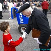 George Washington shakes the hands of a young patriot